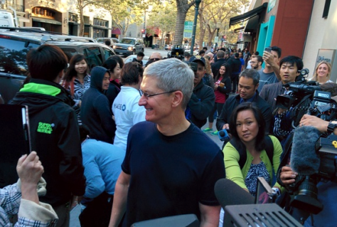 Apple CEO Tim Cook turned up in person to open the Palo Alto Apple Store for iPhone 6 sales.