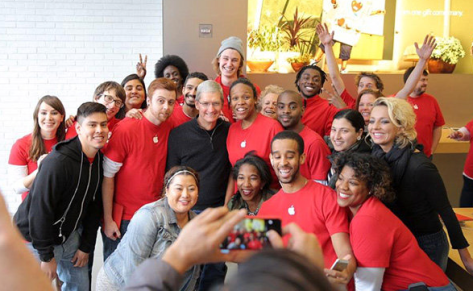 Tim Cook a pair of photos posted to Twitter from the impromptu meet-up at a Washington Apple Store.